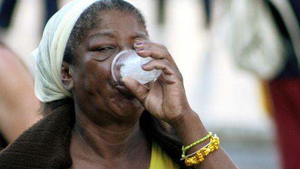 Woman drinking (14ymedio)