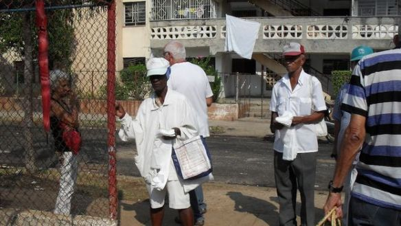 Selling 'jabitas' (plastic bags) in front of an agricultural market in Havana. (Luz Escobar)