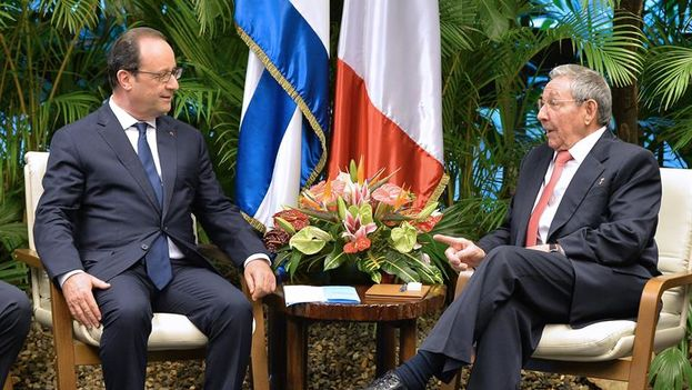 François Hollande and Raul Castro, at their meeting at the Palace of the Revolution. (EFE)