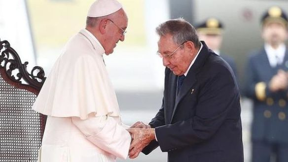 Pope Francis greets Raul Castro on his arrival in Cuba. (EFE)