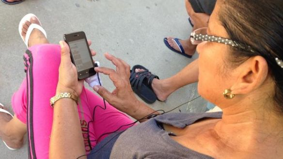 A Cuban migrant navigating the internet on her cellphone from a shelter in Nazareht, Costa Rica (Reinaldo Escobar)