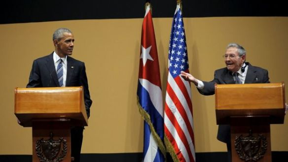 Raul Castro, in the presence of Barack Obama, chides a journalist who asks about political prisoners on the island. (EFE)