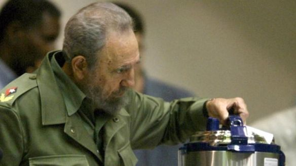 "Former president Fidel Castro with a ""Queen"" brand pressure cooker, made in Chinese. (EFE)"